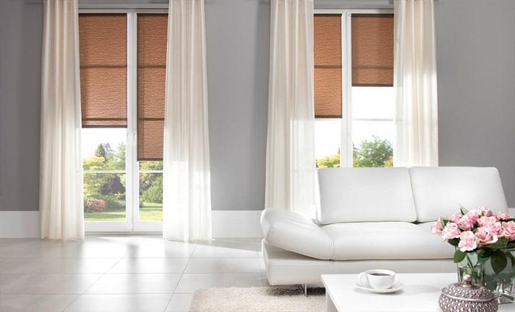 rolety okienne w dużym salonie